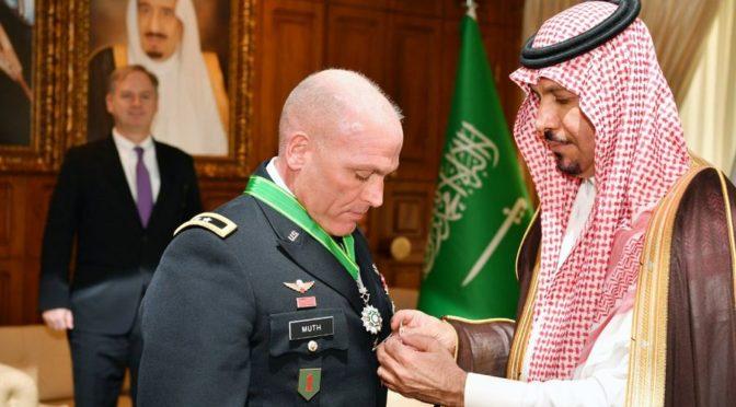 Министр Национальной гвардии наградил генерал-майора Фрэнка Мота орденом Короля Абдулазиза