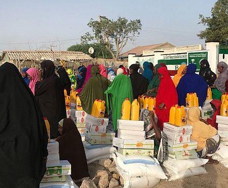Центр гуманитарной помощи им.Короля Салмана распределяет 950 продуктовых корзин Рамадана в округе Барбара в Сомали