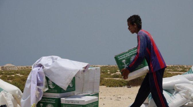 Центр гуманитарной помощи им.Короля Салмана распределяет корзины гуманитарной помощи на островах Фашт и Баклан