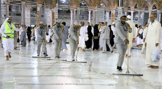 Отдел по уборке и коврам Запретной Мечети прилагает всю энергию для служения совершающих Умру и посетителей Запретного Дома Аллаха