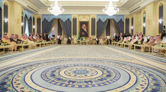 Служитель Двух Святынь  принял Их Высочеств принцев, Их Честь учёных, чиновников и группу подданных
