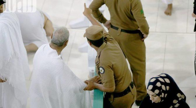 Сотрудник сил безопасности напоил лишённого рук посетителя Мечети Пророка