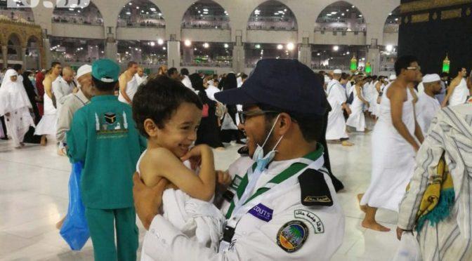 Скауты находятся с детьми, потерявшимися в Запретной Мечети и поддерживают молящихся