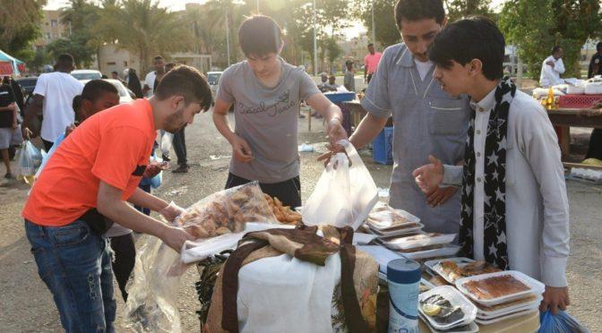 Пища Рамадана появляется на столах