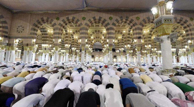 Множество молящихся присутствуют в Ночь завершения прочтения Корана в Мечети Пророка