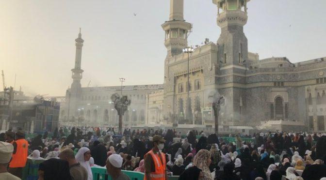 «Сабк» запечатлел приток тысяч молящихся в Запретную Мечеть в ночь завершения прочтения Корана