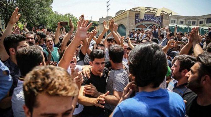 «Смерть диктатору!»: волны демонстрантов угрожают главе режима мулл, и конец его близок