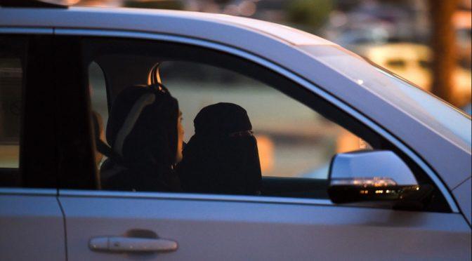 Комитет по СМИ проводит расследование относительно телеведущей, проводившей репортаж о вождении женщинами автомобилей в неподобающем одеянии
