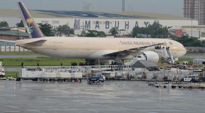 Таким образом коллеги попрощались с сотрудником «Саудийских авиалиний», уходящим на пенсию после 40 лет работы