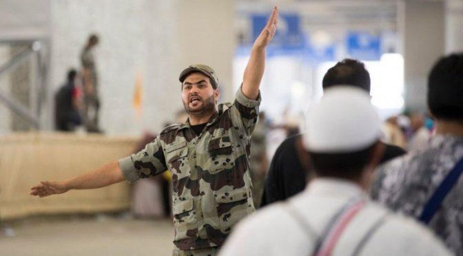 Проявив гуманность, сотрудник сил безопасности помог девочке в побитии камнями джамаратов