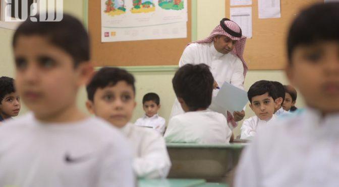 Улыбки и удивление здесь и там: дети из своих домов приходят на места учеников в школах