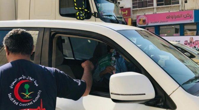 Празднование Дня отечества: «Красный полумесяц» вручает букеты роз подданным на дороге