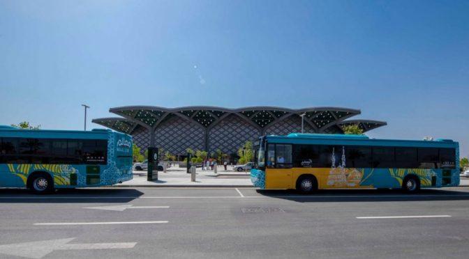 Комиссия по развитию лучезарной Медины выделила несколько автобусов для рейса к станции железной дороги Двух Святынь