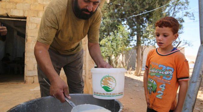 Центр гуманитарной помощи и гуманитарных операций продолжает распределять горячее питание в северных предместьях  Алеппо
