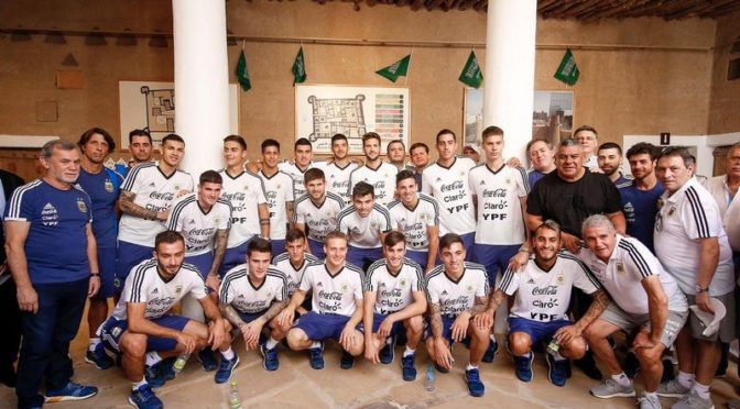 Звёзды аргентинской сборной совершили прогулку по  дворцу Масмак и сделали фотографии с соколом в Национальном музее