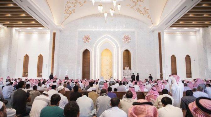 Принц Мукрин бин Абдулазиз открывает мечеть в честь его матери в районе аль-Мулка в Эр-Рияде