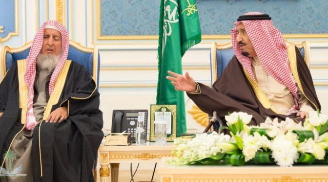 Король принял принцев. муфтия, учёных и группу подданных
