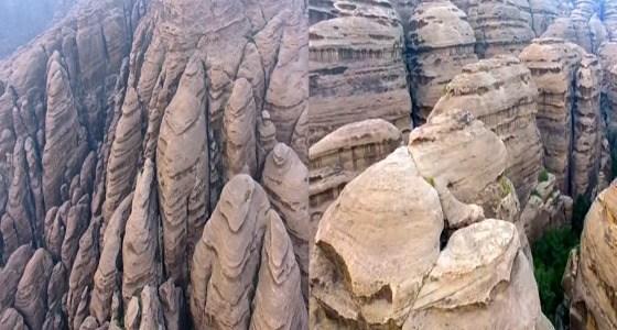 Высокие вершины гор аль-Кахра образуют редкостную прекрастную картину повторяющихся твердынь