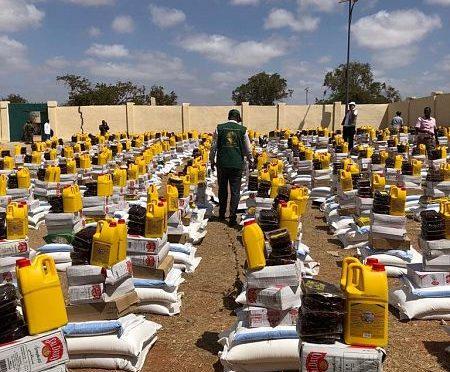 Центр гуманитарной помощи им.Короля Салмана распределил 1000 продовольственных корзин пострадавшим от наводнения в Кисмайо в Сомали