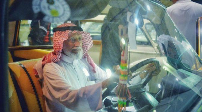 Страсть к вождению влечёт пожилых людей на выставке ретро-автомобилей в Бурайде