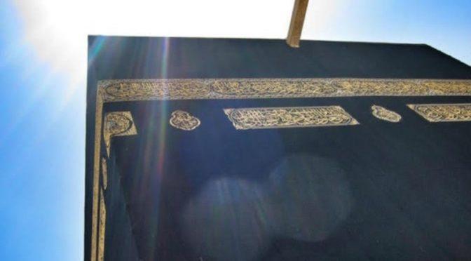 По причине солнцестояния: Кааба без тени в момент азана на полуденную молитву во вторник