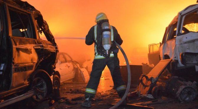 15 пожарных расчётов тушили огромный пожар на стоянке неисправных автомобилей в районе Бариман в Джидде