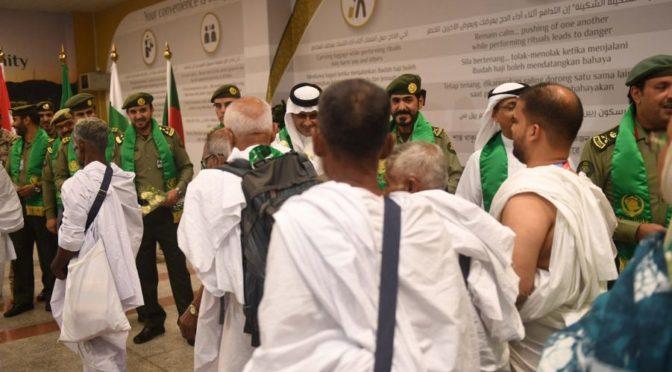 Паломников из Бангладеш приветствуют в рамках инициативы «Путь в Мекку» в аэропорту им.Короля Абдулазиза в Джидде