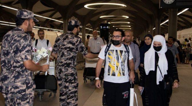 Силы безопасности обороны объектов Лучезарной Медины встречают прибывающих поездом Двух Святынь паломников цветами и подарками