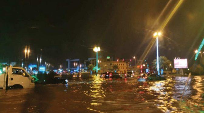 9 часов подряд в провинции Джазан идёт проливной дождь, подтопив дома, повалив деревья и столбы