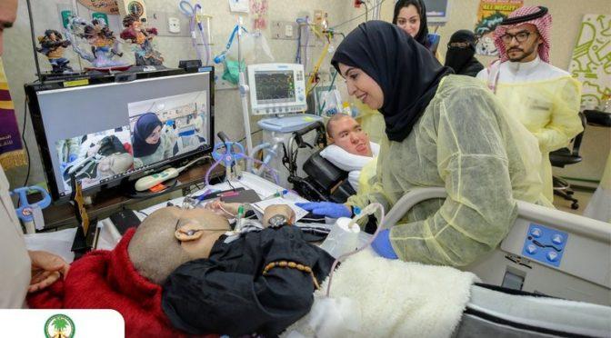 Заместитель министра труда посетила деятеля искусств аль-Хафизи в больнице, вручив ему премию инициативы «Аммара 3»