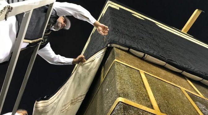 46 специалистов Комитета по делам Двух Святынь облачили Каабу и укрепели покров к позолоченным кольцам
