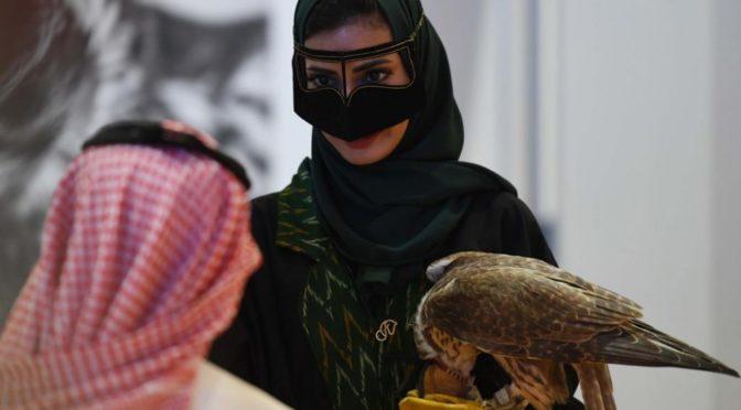 Первая саудовская женщина принимает участие в фестивале соколов им. короля Абдель Азиза