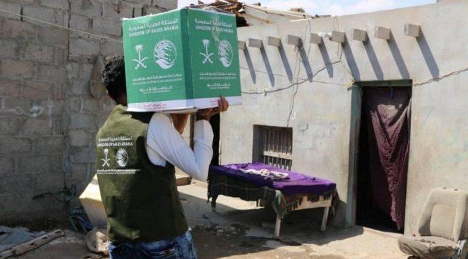 Центр спасения и гуманитарной помощи им. короля Салмана распределил продовольственную помощь в провинциях аль-Махра и  аль-Дали