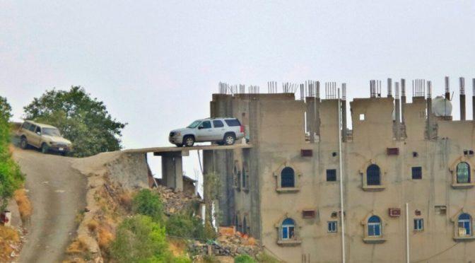 Подданные паркуют автомобили на крышах своих домов в Фифа