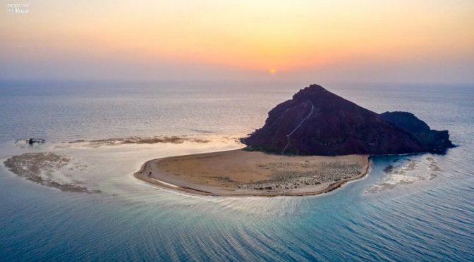 Остров «перелётных соколов» Кудумбул —  вид с воздуха в лучах заката