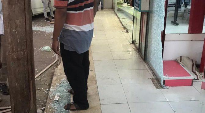 Девушка врезалась в витрины двух магазинов одежды в аль-Куз округ Кунфуза