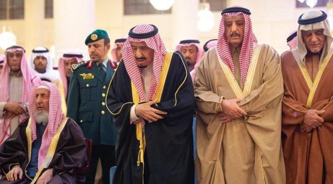 Служитель Двух Святынь совершил похоронную молитву по принцу Бандару ибн Мухаммеду ибн Абдель Рахману ибн Фейсалу Аль Сауду