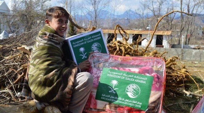 ЦСГД им. короля Салмана раздал 1000 зимних сумок в районе Хайбер-Пахтунхва
