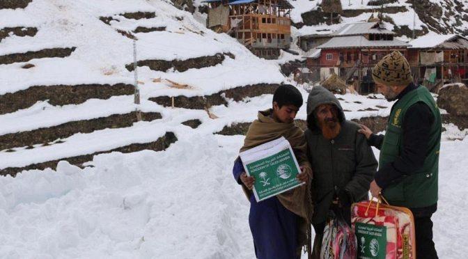 ЦСГД им. короля Салмана раздал 1650 зимних сумок в Кашмире