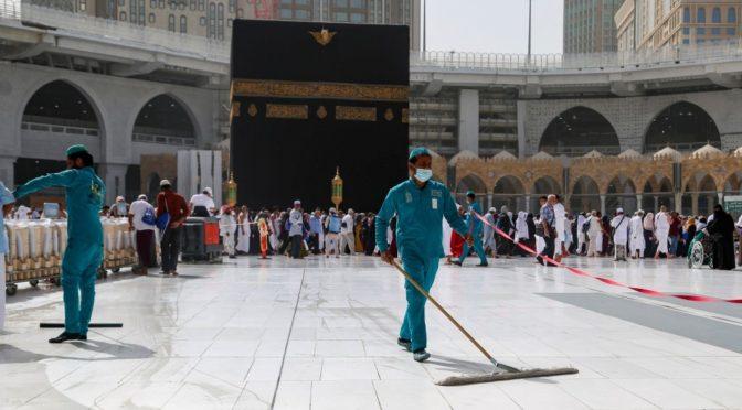 Генеральное  управление Запретной мечети и Мечети Пророка проводит дезинфекцию  места, предназначенного для обхода Каабы, 3 раза в сутки между намазами  Иша и фаджр