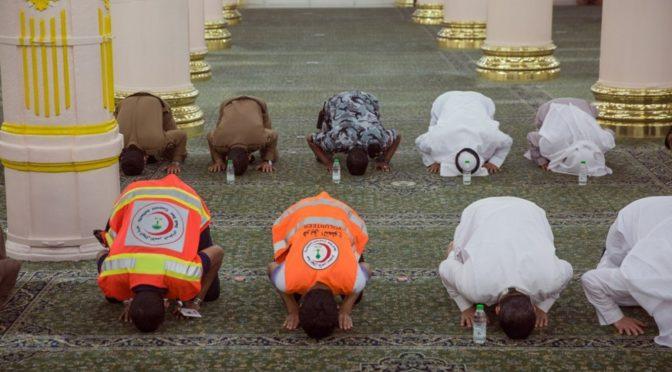 В рамках мер по борьбе с пандемией минздрав замеряет температуру имамов, муэдзинов, охранников и всех сотрудников управления при входе в мечеть аль-Харам