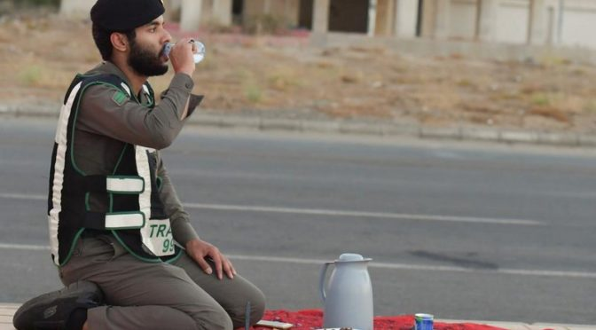 Фотокорреспондент «Сабк» запечатлел момент ифтара сотрудников сил безопасности во время комендантского часа в провинции Асир