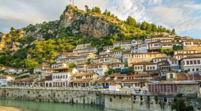 Команда ЦСГД им. короля Салмана передала 25 тонн фиников в качестве подарка Албании