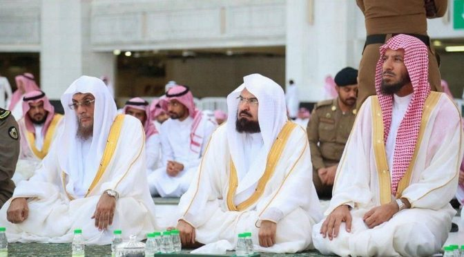 В Мечети аль-Харам и Мечети Пророка провели праздничную молитву в соответствии с установленными правилами и применением необходимых мер предосторожности