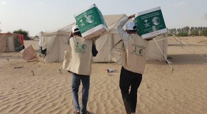 ЦСГД им. короля Салмана распределил 300 продовольственных корзин перемещенным лицам из Саады в Мариб