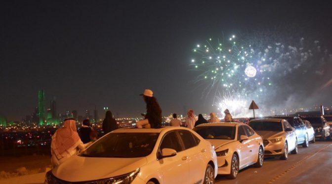 Фейерверк освещает небо над Эр-Риядом
