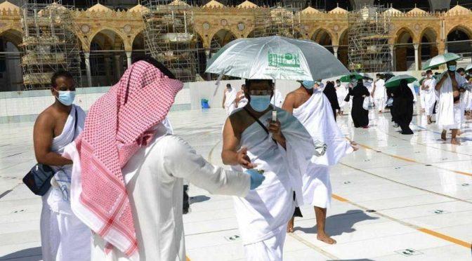 Управление по делам Двух Святынь раздало паломникам 400 зонтиков и стерильные салфетки