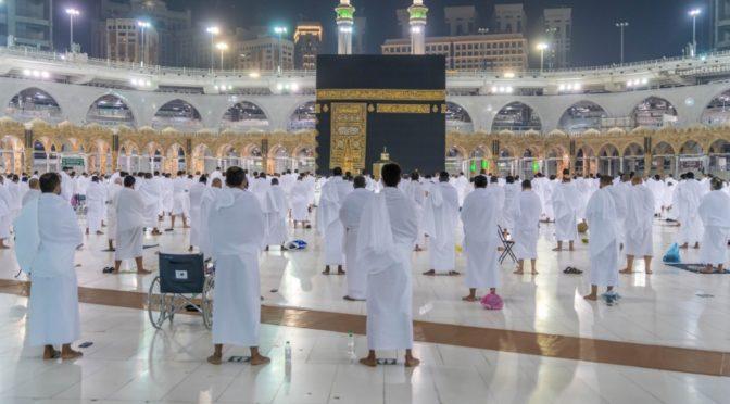 Молящиеся совершают утреннюю молитву в Запретной Мечети