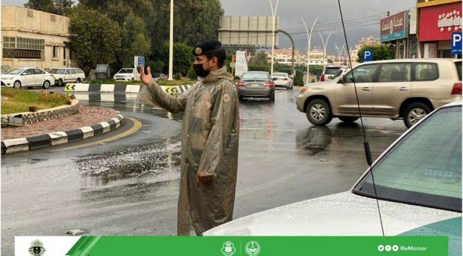 Сотрудники дорожной полиции Баха организуют движение во время выпадения дождей