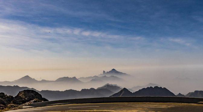 Облака в Баха создают прекрастный пейзаж у подножья гор